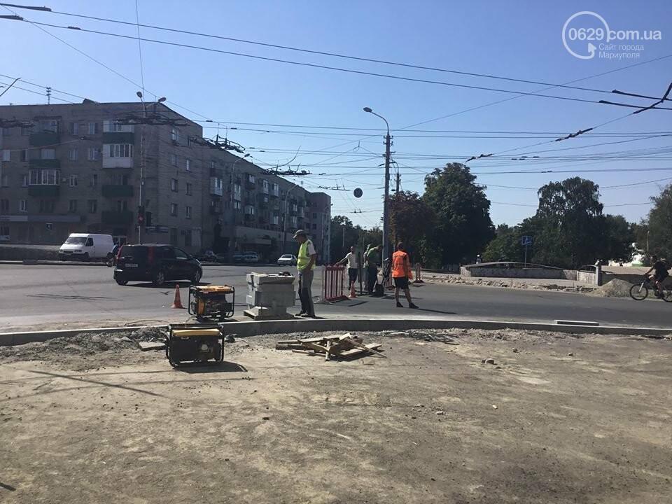 В центре Мариуполя закрыли движение: автомобильные пробки, нарушение ПДД и фонтан из-под земли, - ФОТО, ВИДЕО, фото-6