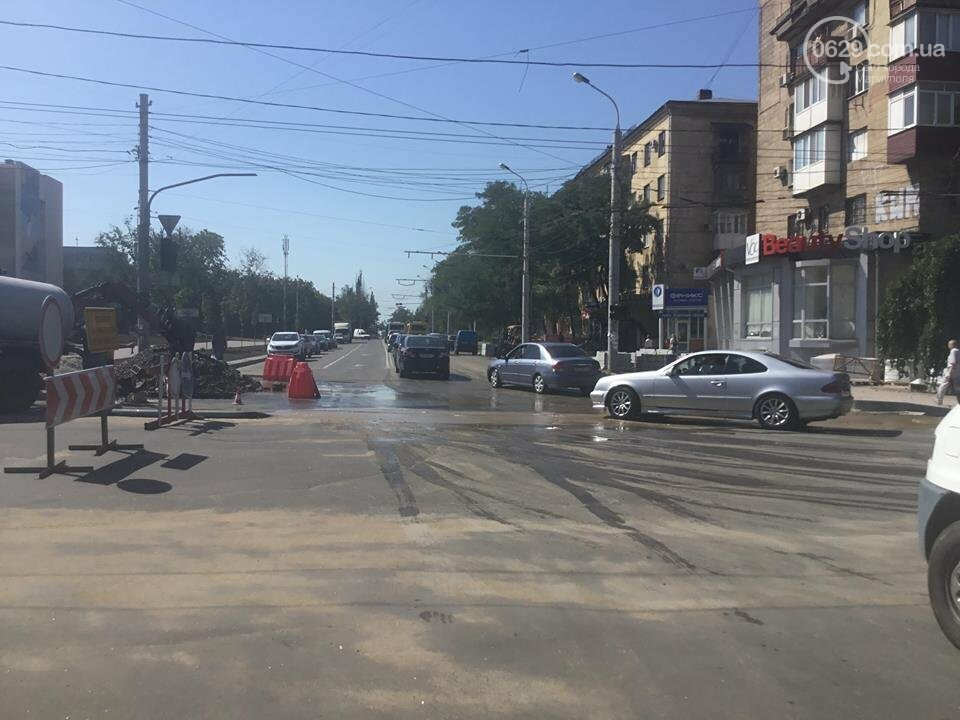 В центре Мариуполя закрыли движение: автомобильные пробки, нарушение ПДД и фонтан из-под земли, - ФОТО, ВИДЕО, фото-1