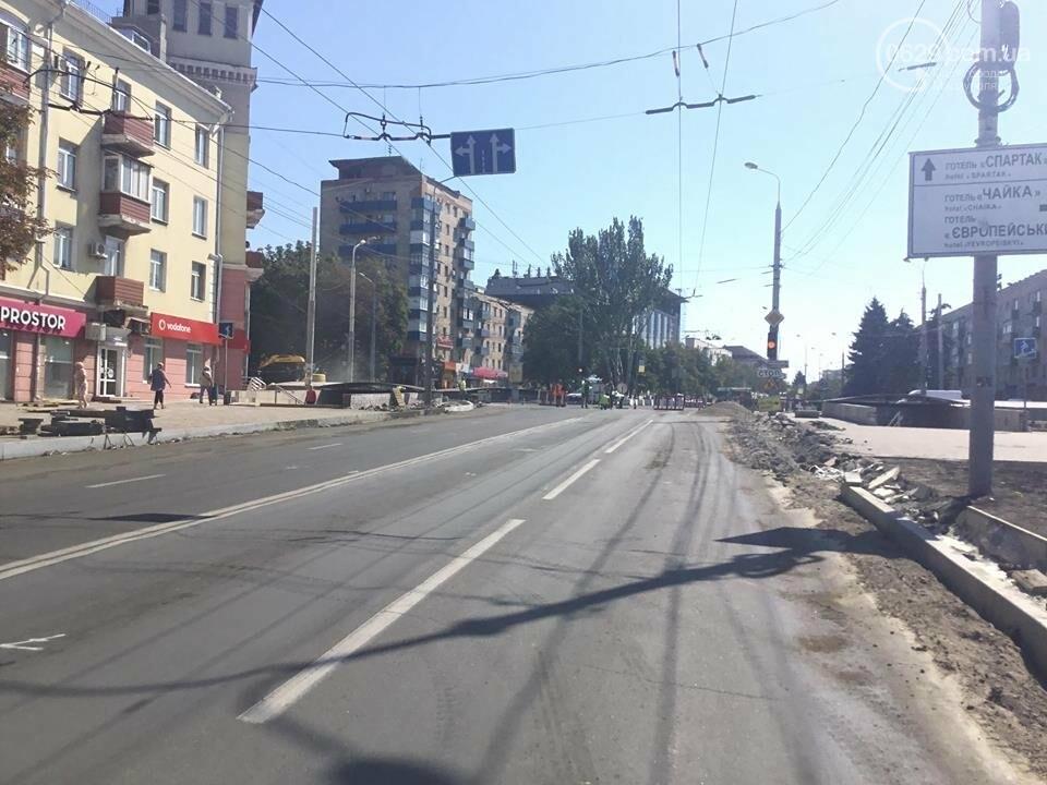 В центре Мариуполя закрыли движение: автомобильные пробки, нарушение ПДД и фонтан из-под земли, - ФОТО, ВИДЕО, фото-7
