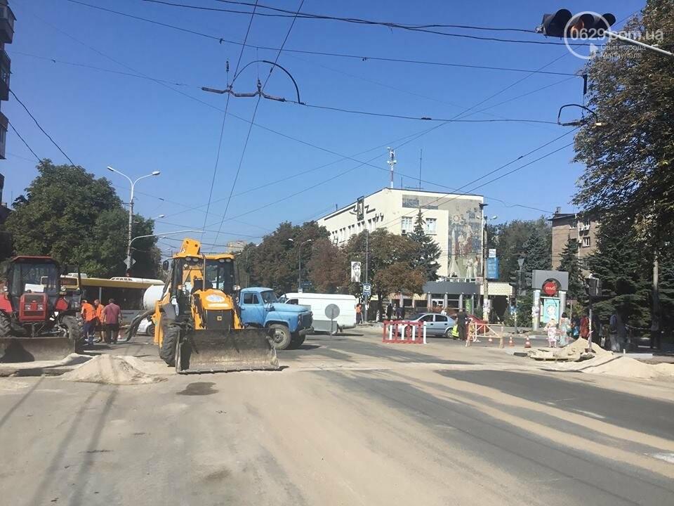 В центре Мариуполя закрыли движение: автомобильные пробки, нарушение ПДД и фонтан из-под земли, - ФОТО, ВИДЕО, фото-10