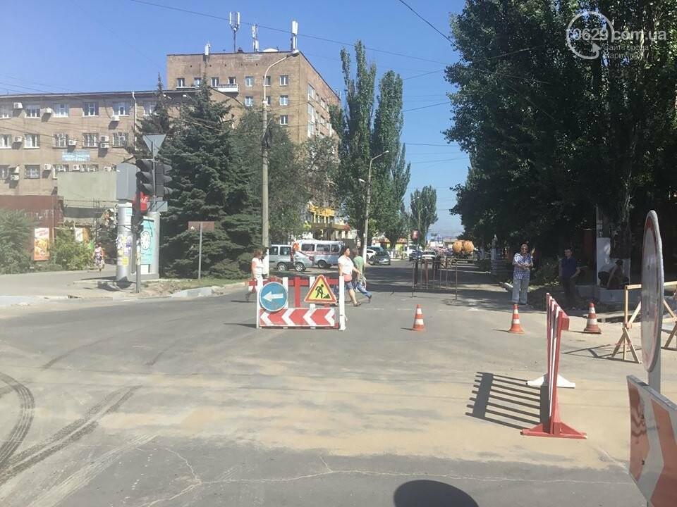 В центре Мариуполя закрыли движение: автомобильные пробки, нарушение ПДД и фонтан из-под земли, - ФОТО, ВИДЕО, фото-3