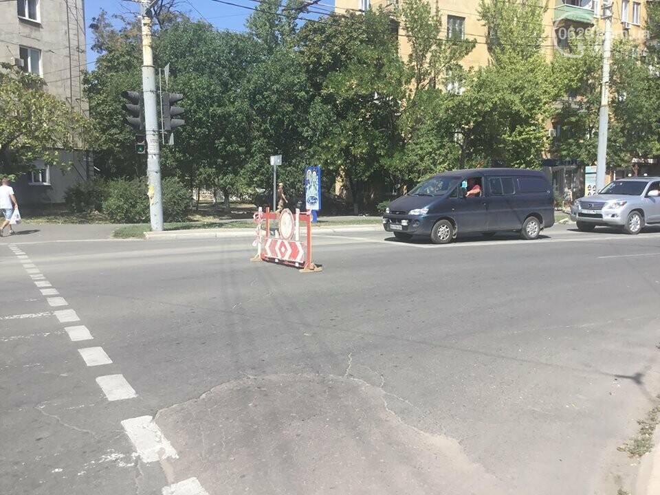 В центре Мариуполя закрыли движение: автомобильные пробки, нарушение ПДД и фонтан из-под земли, - ФОТО, ВИДЕО, фото-19