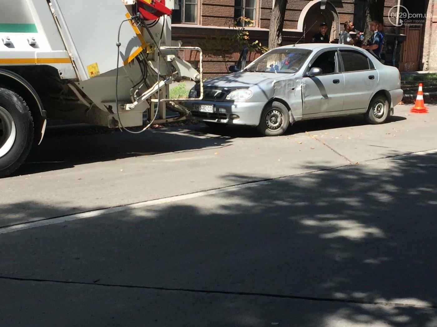 В центре Мариуполя мусоровоз задел легковушку, стоящую в пробке,- ФОТО, ВИДЕО, фото-1