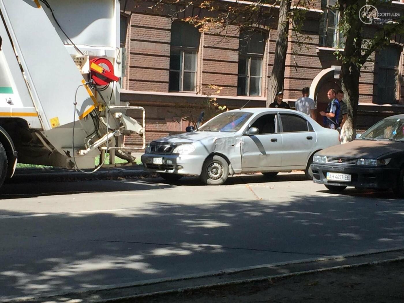 В центре Мариуполя мусоровоз задел легковушку, стоящую в пробке,- ФОТО, ВИДЕО, фото-2