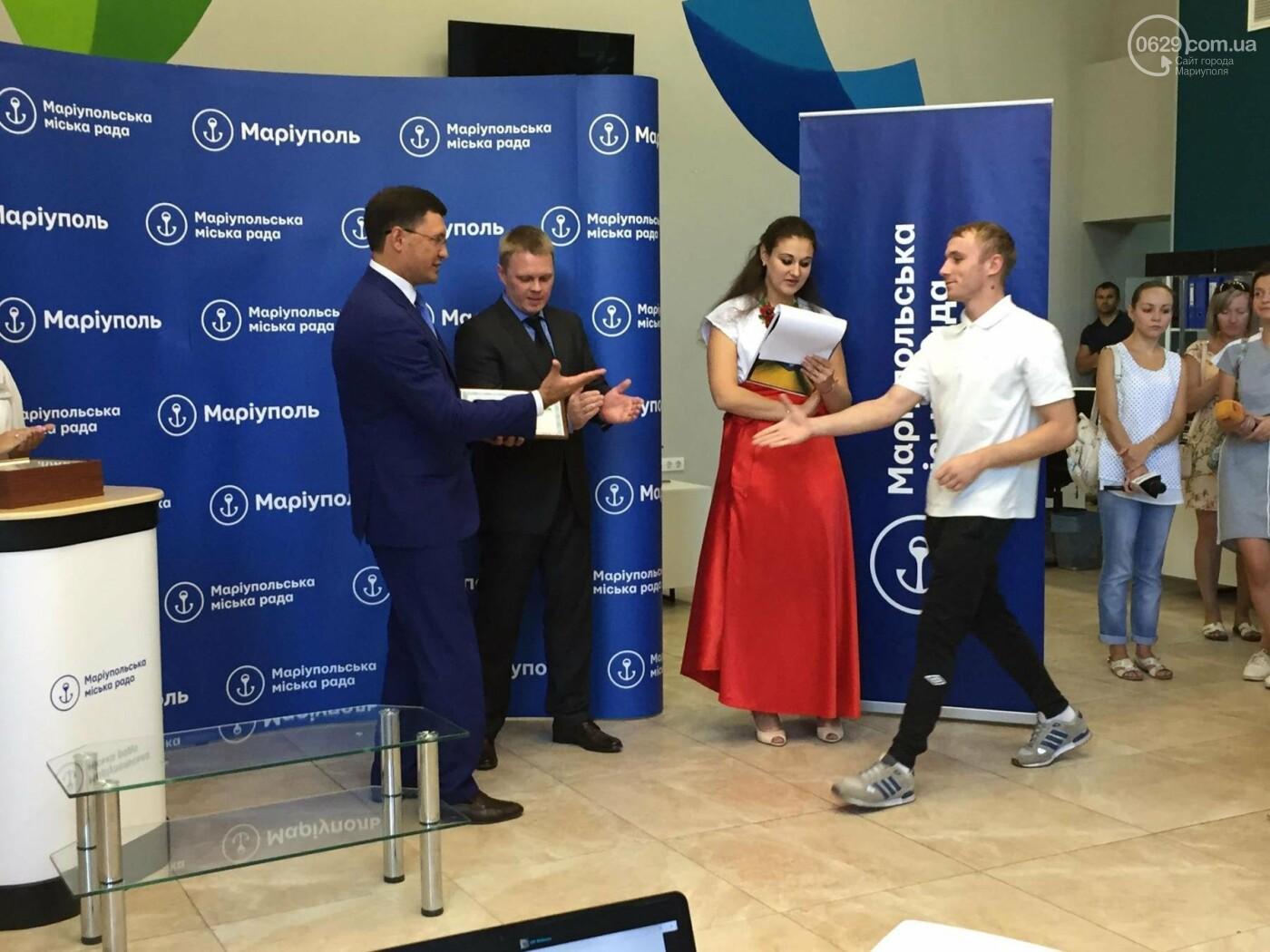 Детям-сиротам в Мариуполе вручили сертификаты на собственные квартиры,- ФОТО, ВИДЕО, фото-1