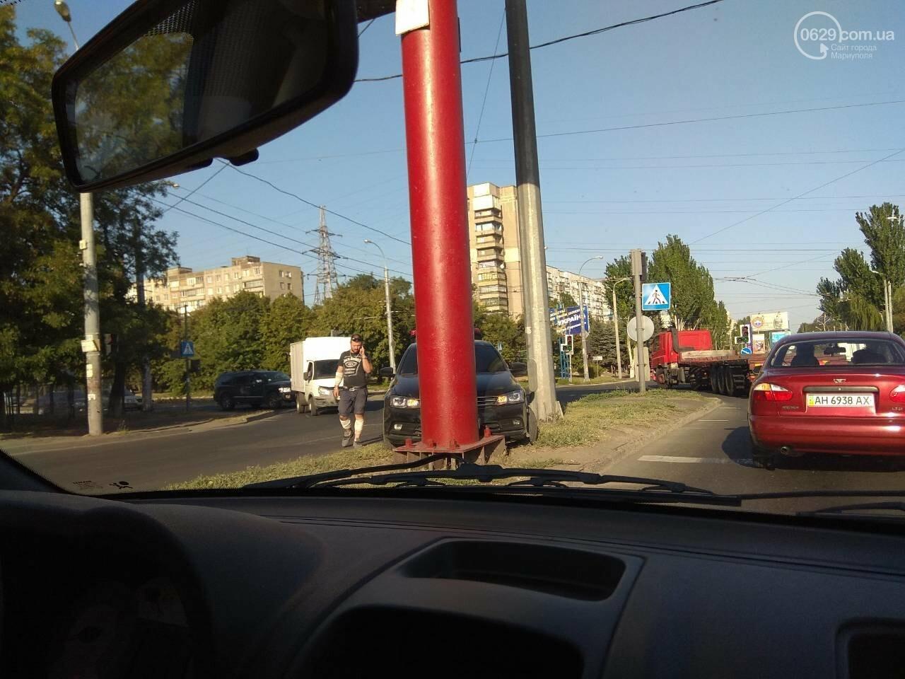 """Перепутала газ с тормозом! Мариупольчанка на """"Фольксвагене"""" врезалась в бигборд, - ФОТО, фото-1"""