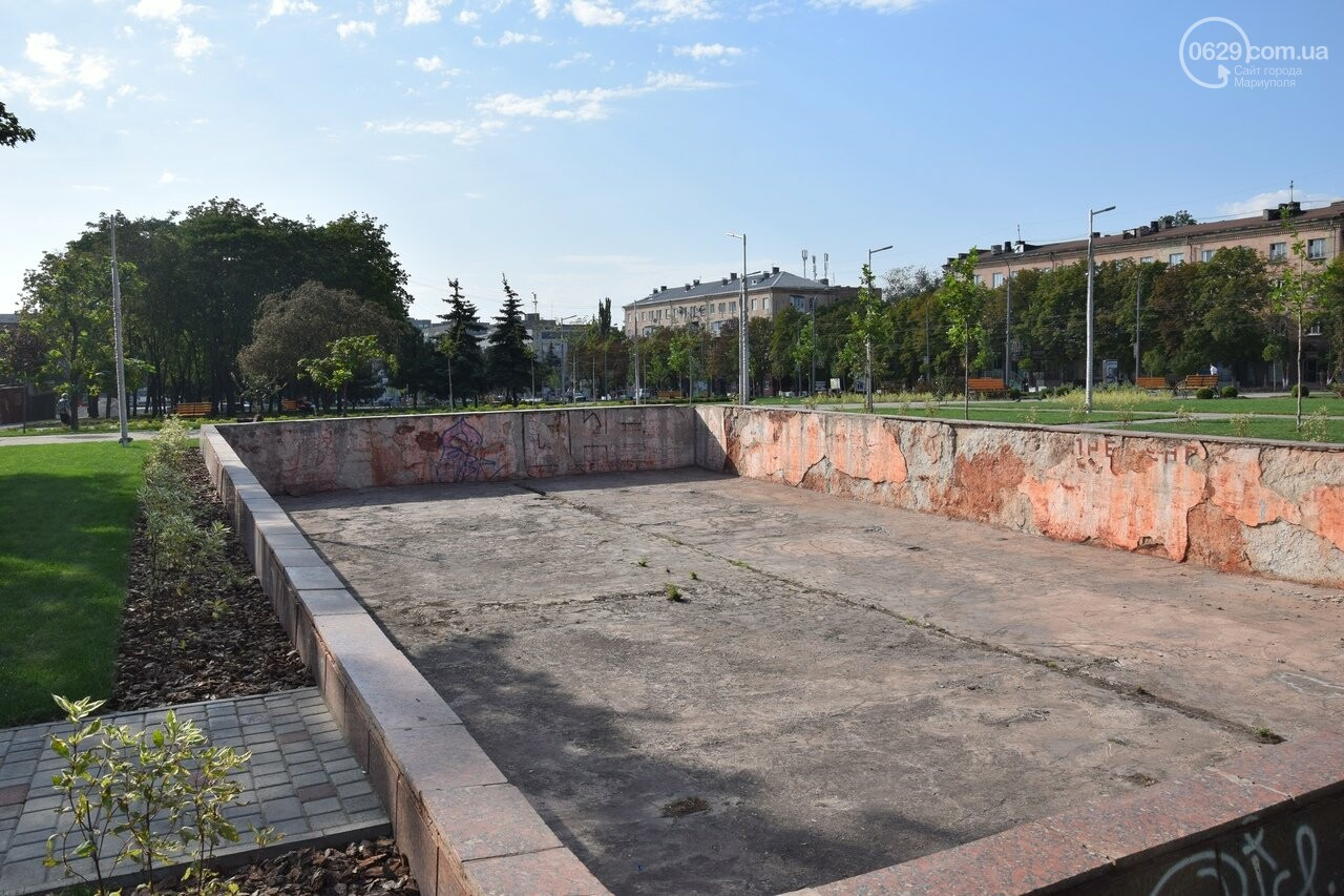На Греческой площади в Мариуполе засыхают кустарники, но зазеленел газон, - ФОТОРЕПОРТАЖ, ВИДЕО, фото-45