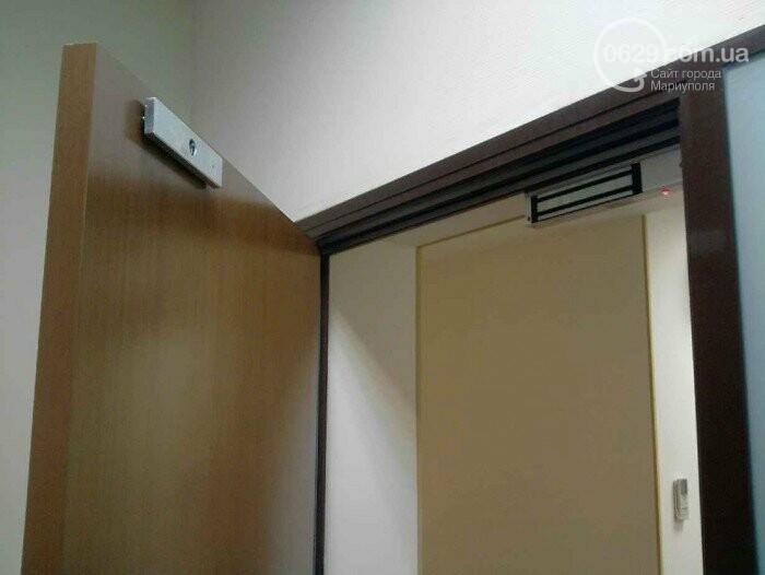 В Мариуполе на ребенка упал тяжеленный магнит домофона, фото-1