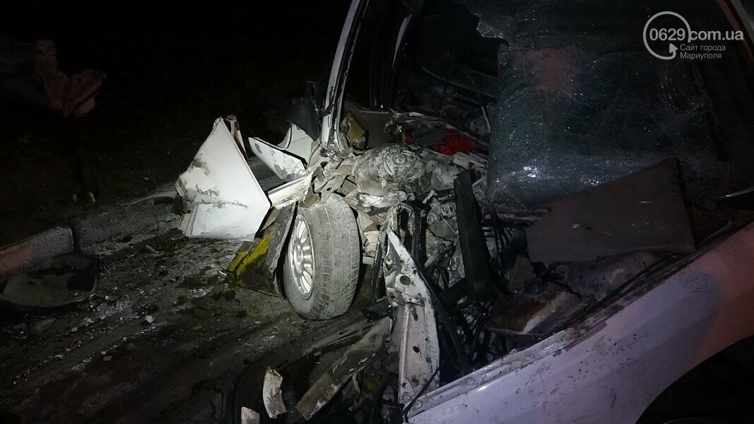 На выезде из Мариуполя автомобиль влетел в дерево, - ФОТО, фото-2