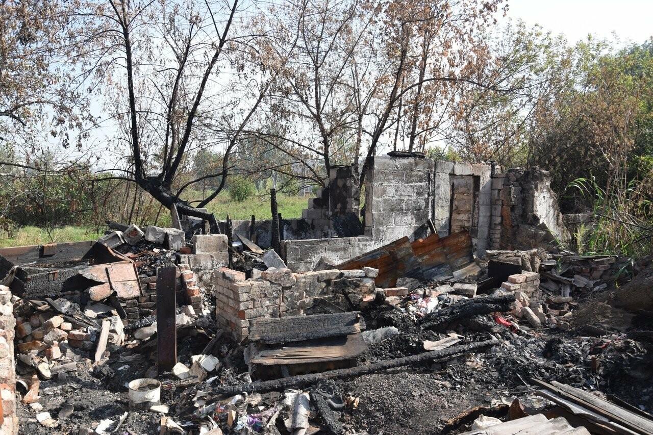 Никому не нужны! В Мариуполе две сестры-пенсионерки живут на пепелище собственного дома, - ФОТО, ВИДЕО, фото-5