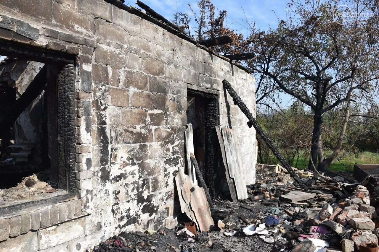 Никому не нужны! В Мариуполе две сестры-пенсионерки живут на пепелище собственного дома, - ФОТО, ВИДЕО, фото-18