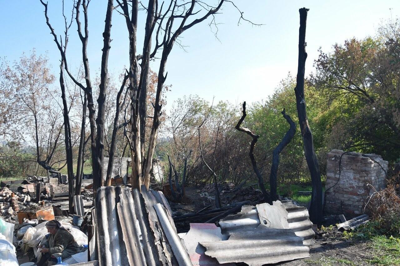 Никому не нужны! В Мариуполе две сестры-пенсионерки живут на пепелище собственного дома, - ФОТО, ВИДЕО, фото-13