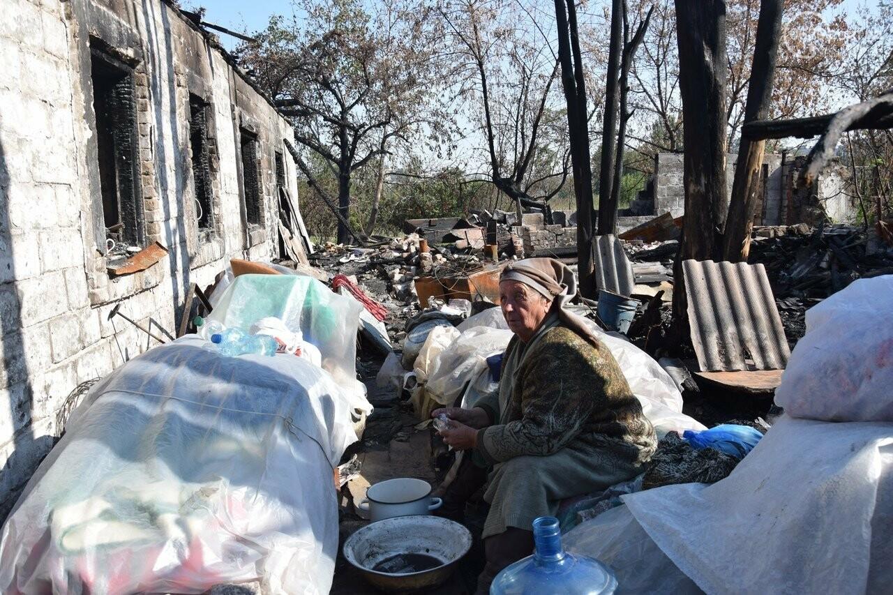 Никому не нужны! В Мариуполе две сестры-пенсионерки живут на пепелище собственного дома, - ФОТО, ВИДЕО, фото-2