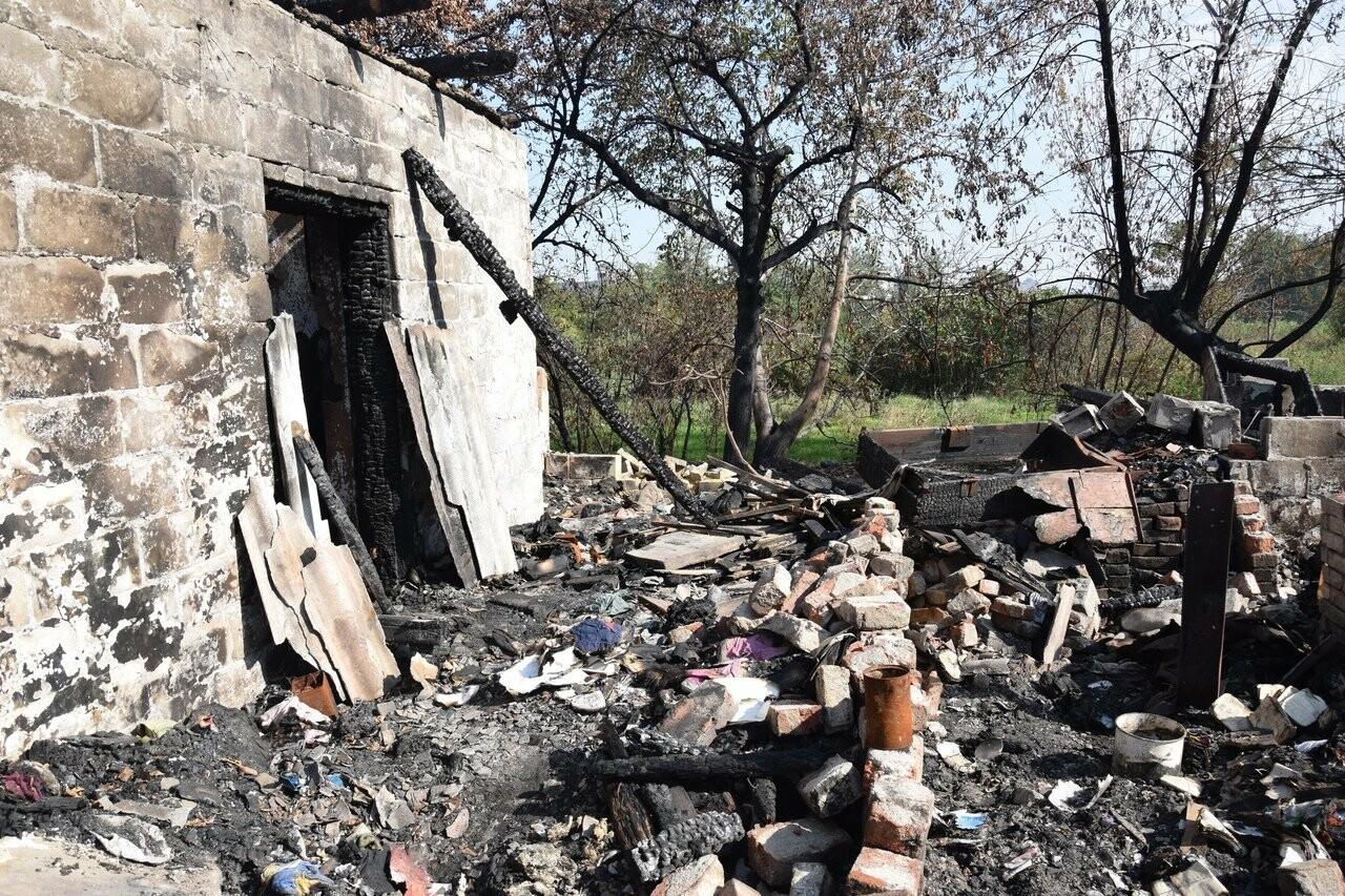 Никому не нужны! В Мариуполе две сестры-пенсионерки живут на пепелище собственного дома, - ФОТО, ВИДЕО, фото-21