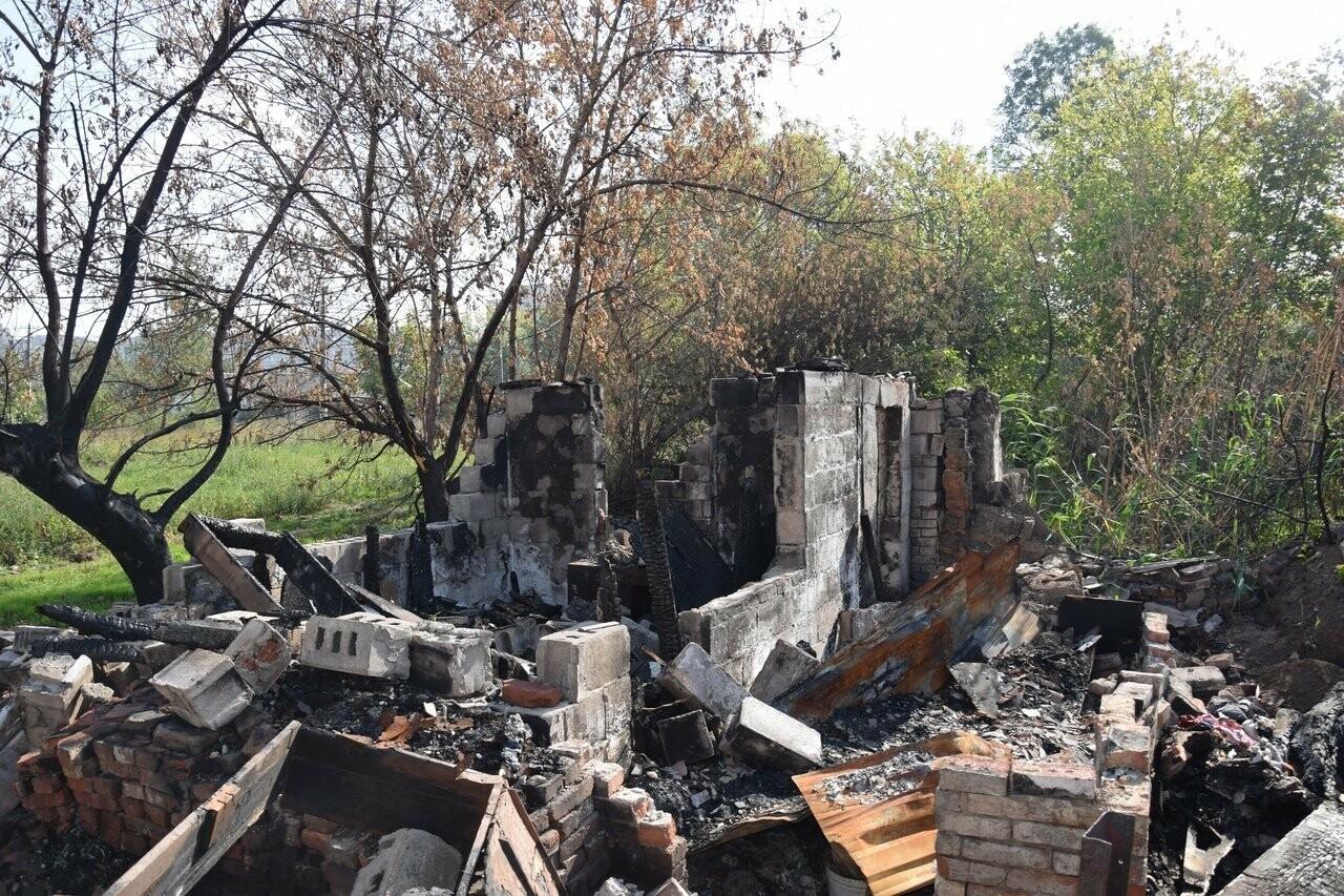 Никому не нужны! В Мариуполе две сестры-пенсионерки живут на пепелище собственного дома, - ФОТО, ВИДЕО, фото-19