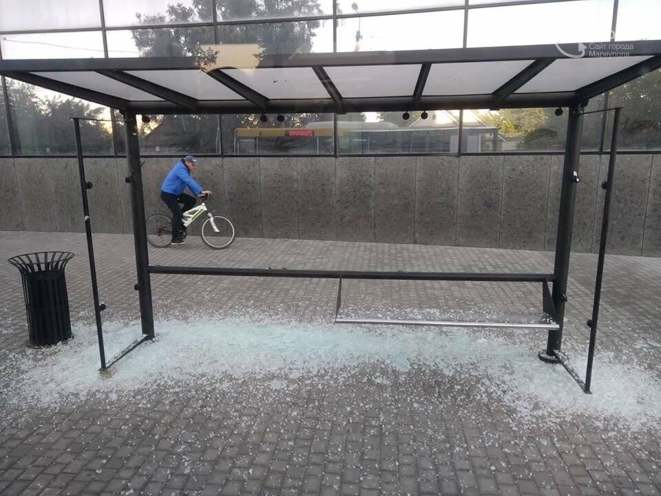 В Мариуполе вандалы разгромили новую остановку, - ФОТО, фото-1