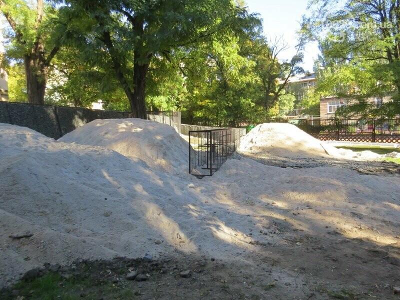 Мариупольский двор засыпают 100 тоннами шлака, - ФОТО, фото-3