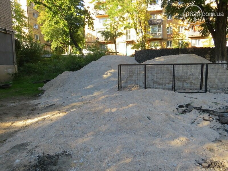 Мариупольский двор засыпают 100 тоннами шлака, - ФОТО, фото-5