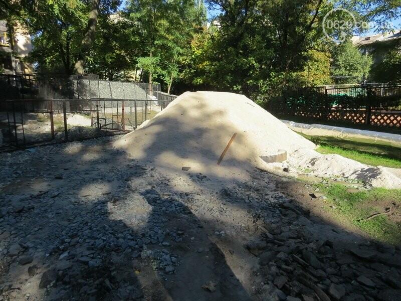 Мариупольский двор засыпают 100 тоннами шлака, - ФОТО, фото-16