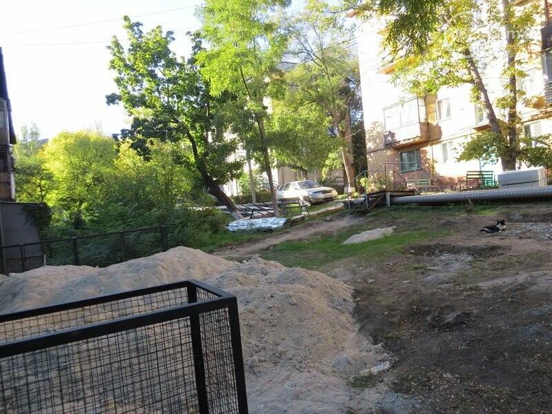 Мариупольский двор засыпают 100 тоннами шлака, - ФОТО, фото-11