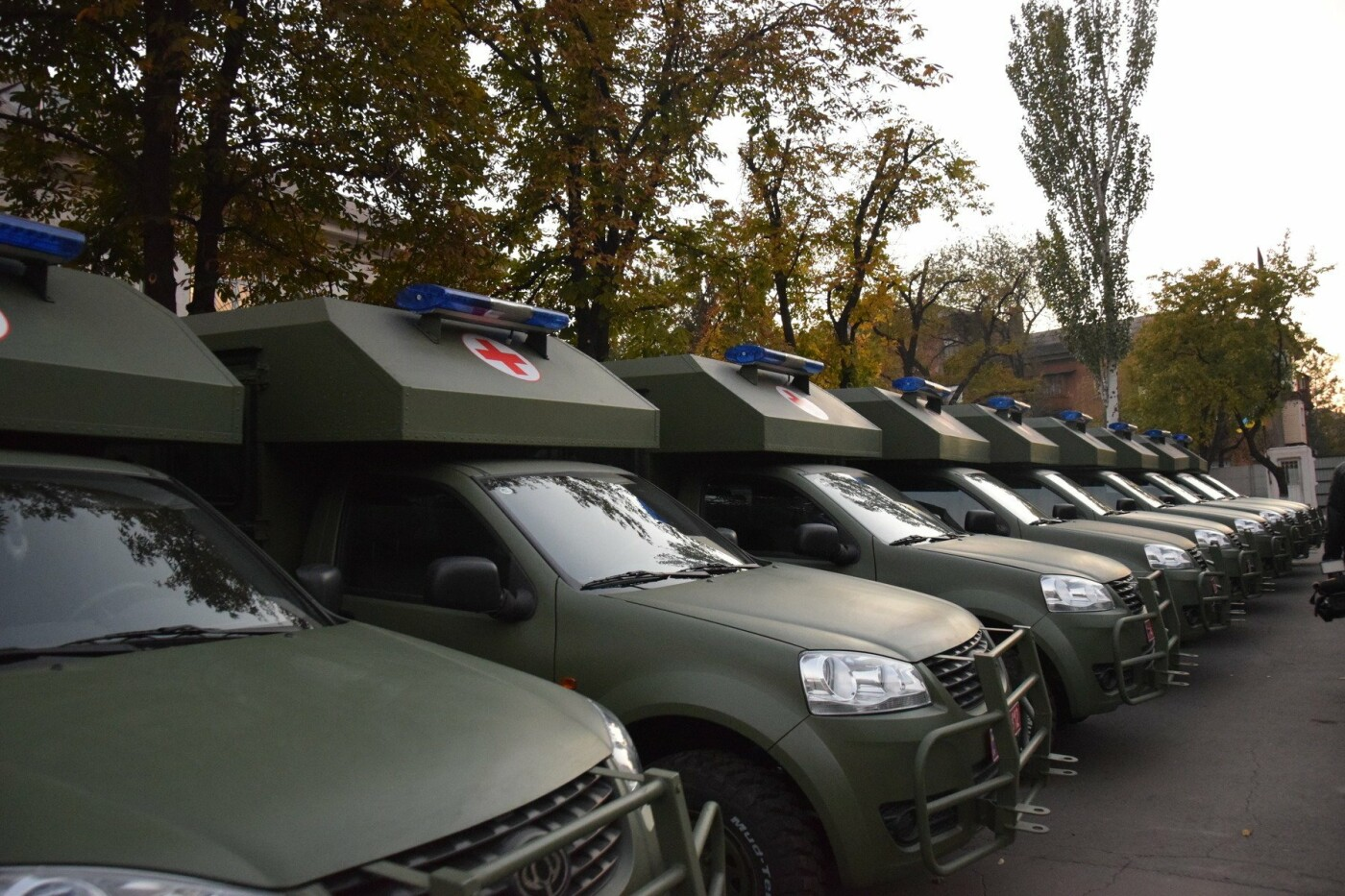 Порошенко подарил военным медикам в Мариуполе 20 современных санитарных автомобилей, - ФОТО, ВИДЕО, фото-2
