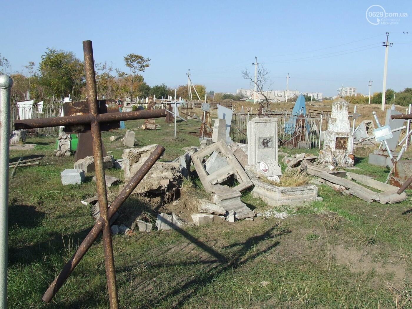 Вандалы разгромили могилы на самом старом кладбище Мариуполя, - ФОТО, фото-2