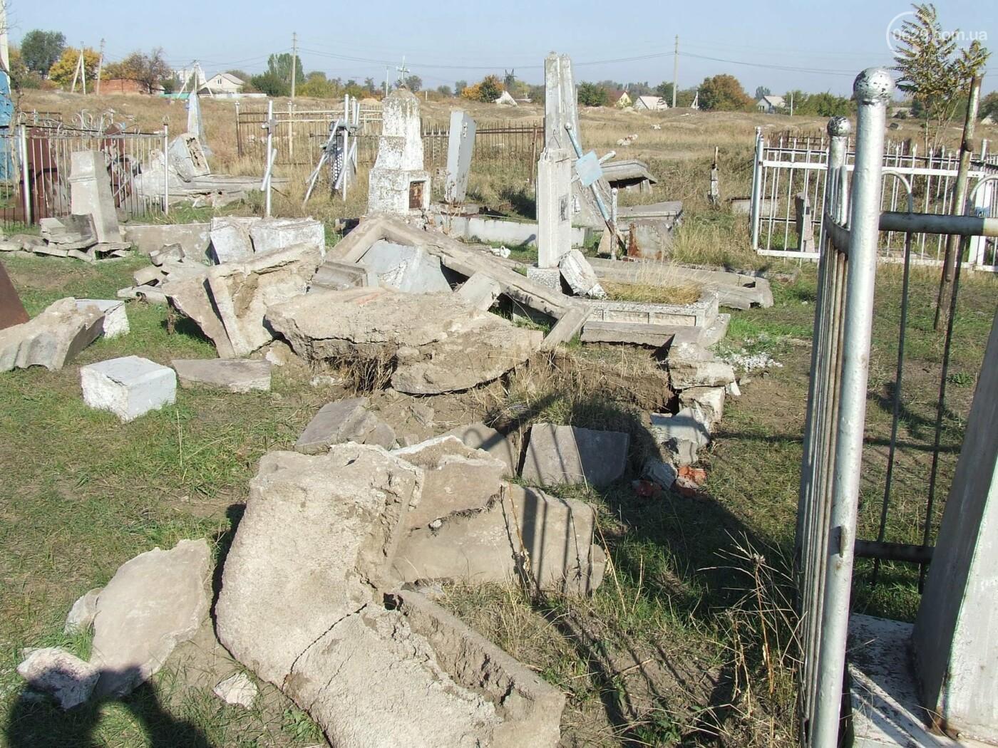 Вандалы разгромили могилы на самом старом кладбище Мариуполя, - ФОТО, фото-3
