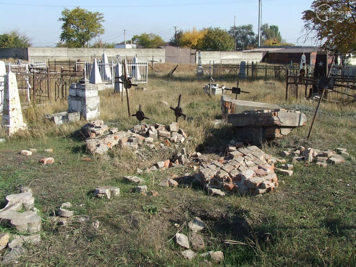 Вандалы разгромили могилы на самом старом кладбище Мариуполя, - ФОТО, фото-1