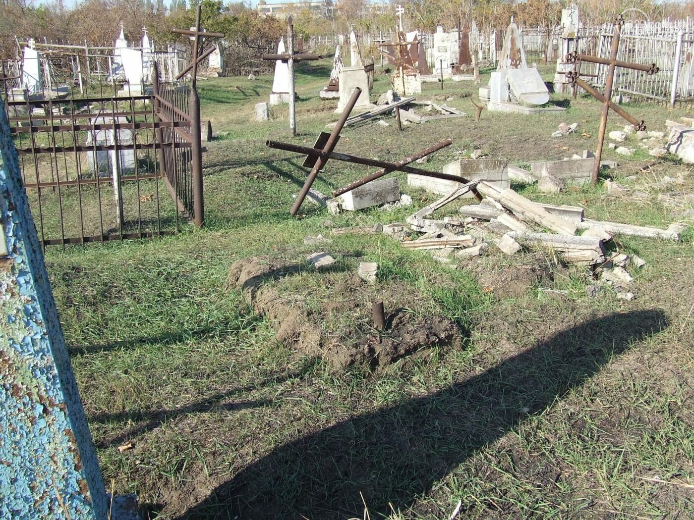 Вандалы разгромили могилы на самом старом кладбище Мариуполя, - ФОТО, фото-4