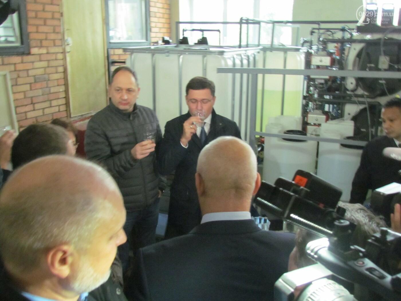 Мэр Мариуполя попробовал очищенную воду на фильтровальный станции в Каменске, - ФОТО, фото-3