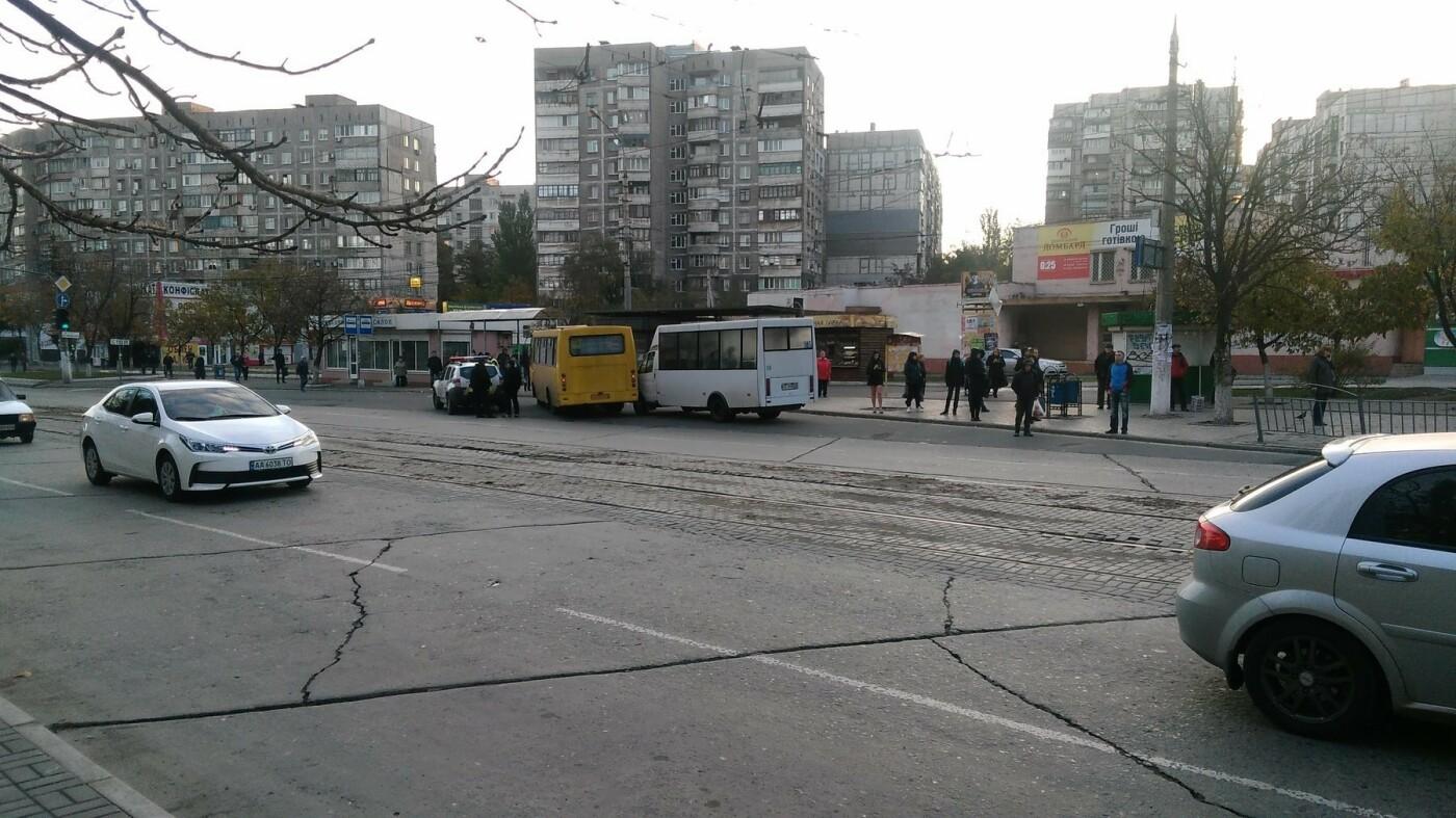 "В Мариуполе на остановке не разъехались ""Рута"" и ""Богдан"", - ФОТОФАКТ, фото-3"