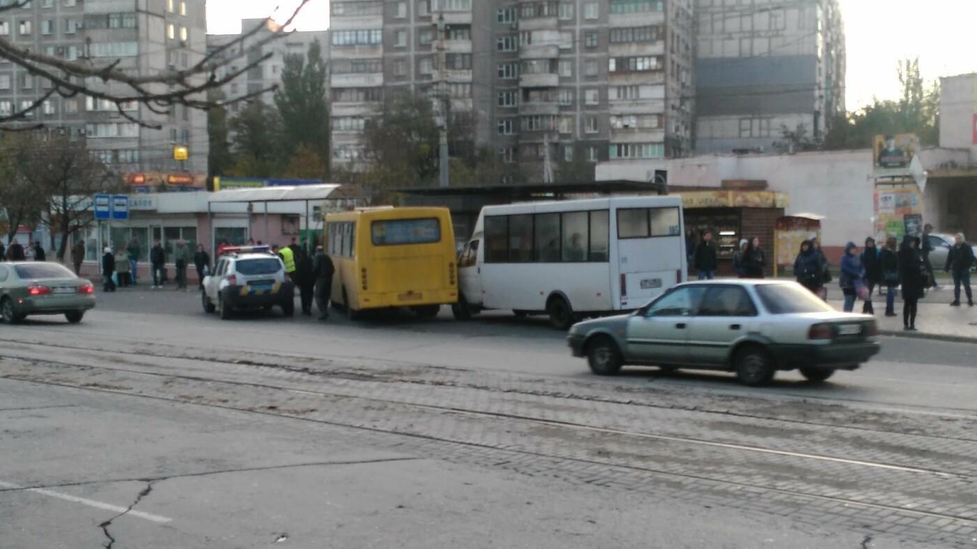 "В Мариуполе на остановке не разъехались ""Рута"" и ""Богдан"", - ФОТОФАКТ, фото-2"
