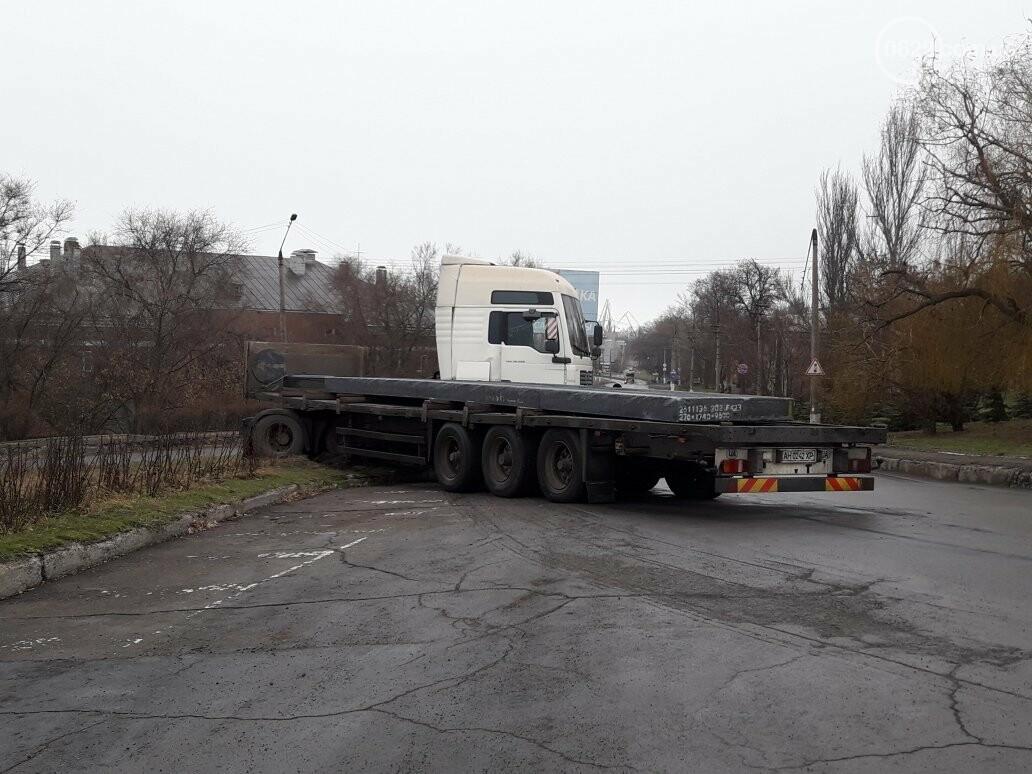 В Мариуполе длинномер с металлом на пути в порт сложился пополам, - ФОТО, фото-13