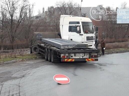 В Мариуполе длинномер с металлом на пути в порт сложился пополам, - ФОТО, фото-4