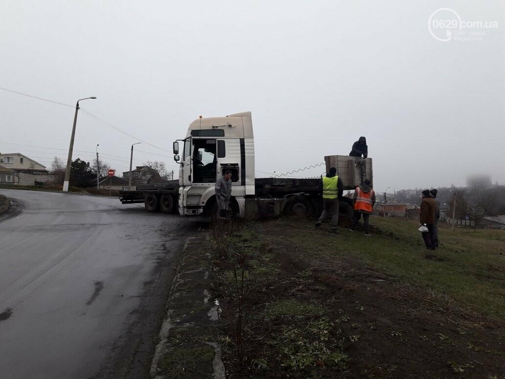 В Мариуполе длинномер с металлом на пути в порт сложился пополам, - ФОТО, фото-12