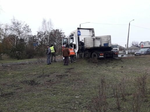 В Мариуполе длинномер с металлом на пути в порт сложился пополам, - ФОТО, фото-3