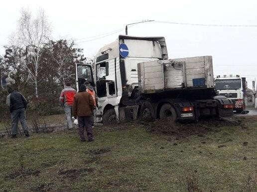 В Мариуполе длинномер с металлом на пути в порт сложился пополам, - ФОТО, фото-5