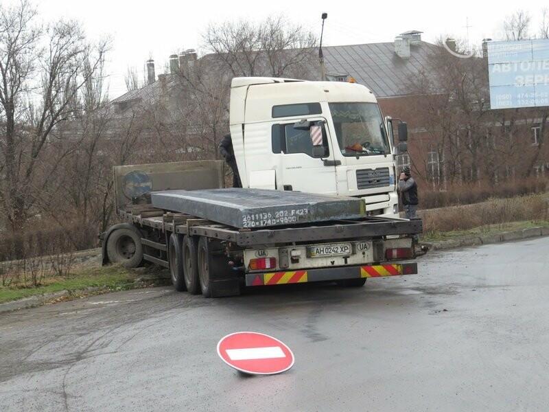 В Мариуполе длинномер с металлом на пути в порт сложился пополам, - ФОТО, фото-10