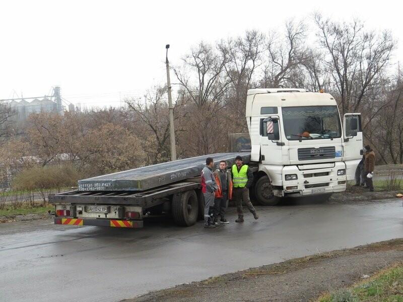 В Мариуполе длинномер с металлом на пути в порт сложился пополам, - ФОТО, фото-9