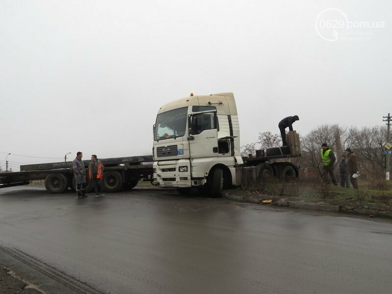 В Мариуполе длинномер с металлом на пути в порт сложился пополам, - ФОТО, фото-1
