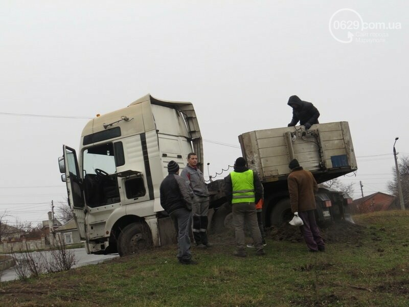 В Мариуполе длинномер с металлом на пути в порт сложился пополам, - ФОТО, фото-2