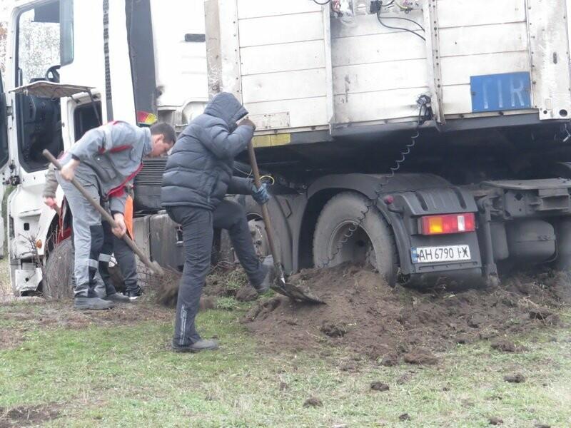 В Мариуполе длинномер с металлом на пути в порт сложился пополам, - ФОТО, фото-7