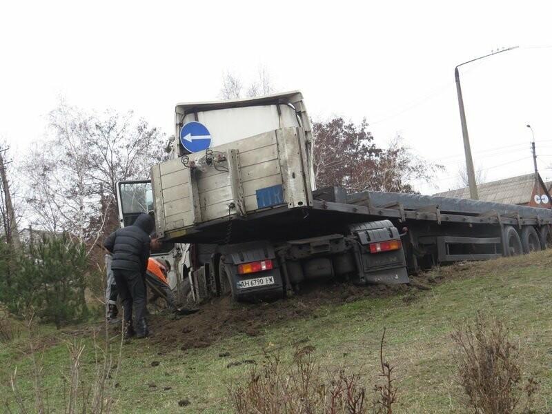 В Мариуполе длинномер с металлом на пути в порт сложился пополам, - ФОТО, фото-6