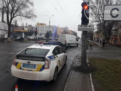 В Мариуполе на перекрестке не разминулись микроавтобус и ВАЗ 2110, - ФОТО, фото-4