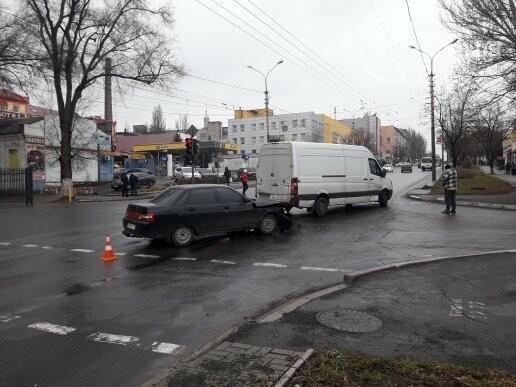 В Мариуполе на перекрестке не разминулись микроавтобус и ВАЗ 2110, - ФОТО, фото-5