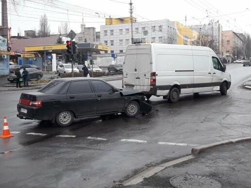 В Мариуполе на перекрестке не разминулись микроавтобус и ВАЗ 2110, - ФОТО, фото-2