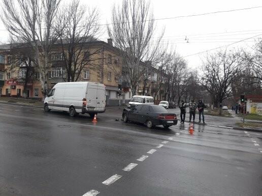 В Мариуполе на перекрестке не разминулись микроавтобус и ВАЗ 2110, - ФОТО, фото-3