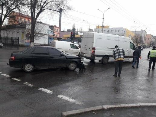 В Мариуполе на перекрестке не разминулись микроавтобус и ВАЗ 2110, - ФОТО, фото-1