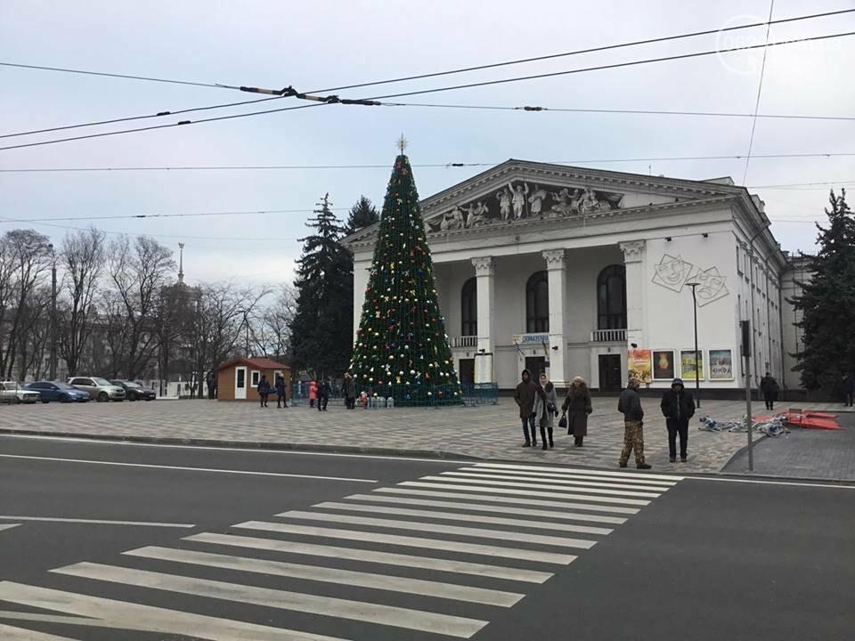 В Мариуполь из Киева привезли карусель и снег, - ФОТОРЕПОРТАЖ, фото-25