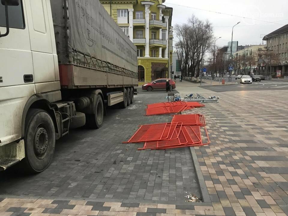 В Мариуполь из Киева привезли карусель и снег, - ФОТОРЕПОРТАЖ, фото-6